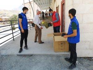 Hakkari'deki gönüllü gençler seccade dağıttı