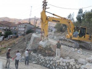 Hakkari belediyesinden istinat duvarı çalışması