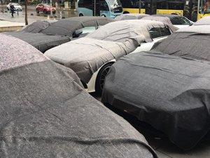 Dolu yağışında lüks araçlar zarar gördü