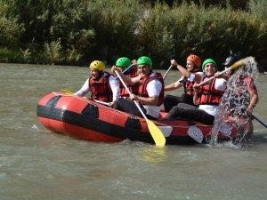 Vali Akbıyık, Zap'ta sporcularla rafting yaptı