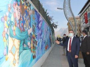 Hakkari'deki istinat duvarları resim sergisine dönüştü