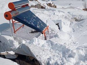 Kar kalınlığına dayanamayan çatı çöktü