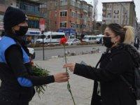 Toplum polisi kadınlara karanfil dağıttı