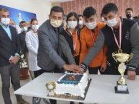 Öğrencileri birinciliği pasta keserek kutladı