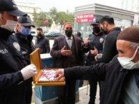 Van polisi vatandaşlara çikolata ikram etti