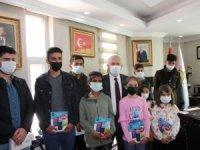 Özbek'ten 15 öğrenciye tablet desteği