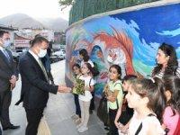 Vali Akbıyık, dokunduğu her çocuğa kitap hediye ediyor