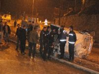 Polis aracı devrildi 3 yaralı
