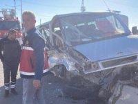 Kamyonetle minibüs çarpıştı: 4 yaralı