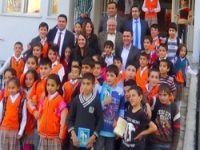 Eş Başkanlar Kürtçe hikaye kitabı dağıttı