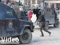 Polis'ten olayları izleyenlere dağılın uyarısı