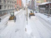 Yüksekova'da kar yığınları ile mücadele