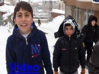 Çocukların poşetle kayak keyfi