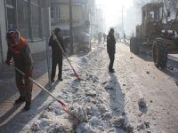 Yüksekova sokakları kardan temizlendi