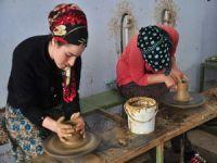 Kadınlar çamuru sanata dönüştürüyor