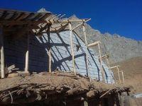 Durankaya'da şiddetli rüzgar çatıları uçurdu