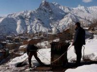 Şemdinli'de çatı karları indirilmeye başlandı