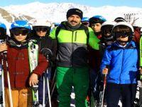Vali Toprak: minik kayakçıları ziyaret etti!