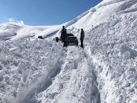 Kayak merkezi yoluna 3 noktada çığ düştü!