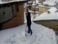 Çukurca'da çatılar kardan temizlenmeye başlandı