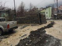 Hakkari' etkili olan yağışlar yolları tahrip etti!