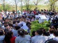 Orkestra kurup köy çocuklarına konser verdiler!