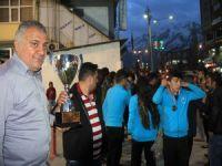 Türkiye şampiyonu ekip Hakkari'de  davul zurna ile karşılandı