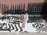250 adet av tüfeği ve 3 bin paket sigara ele geçirildi.