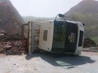 Hakkari'de hafriyat boşaltan kamyon devrildi!