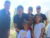 Hakkari polisi sınırdaki çocukları sevindirdi!