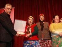 Arslanköy kadın tiyatro topluluğu Hakkari'de sahne aldı