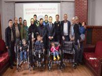 Polisten 5 engelliye tekerlekli sandalye yardımı