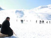 Vatandaşlar kayak merkezine akın etti