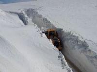 Hakkari'deki üs bölgelerde karla mücadele sürüyor