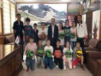 100 çocuk 100 basketbol topu