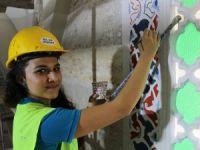 Caminin restorasyon kadın nakkaşlar da görev alıyor
