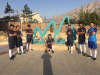 Futbol tutkunu gençlere malzeme desteği