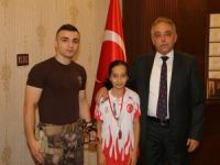 Vali Toprak, dünya şampiyonu Tatlı'yı ödüllendirdi