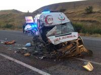 Ambulansla tır çarpıştı; 4 yaralı