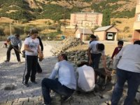 Okul müdürü kilit taşı döşedi personeller destek verdi