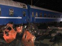 Tren kamyona çarptı: 20 yaralı