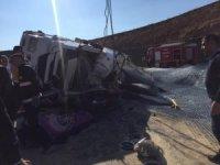 Demir yüklü kamyon devrildi: 1 ölü, 1 yaralı
