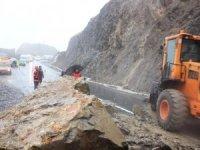 Hakkari'de dev kayalar yolu trafiğe kapattı