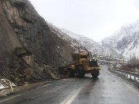 Hakkari-Van karayoluna düşen kayalar temizlendi