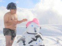Temiz bir dünya için 2800 rakımda kar banyosu yaptılar