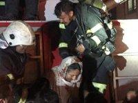 Korkutan yangın: 32 kişi mahsur kaldı