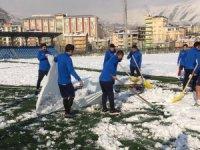 Futbol aşkına karla kaplı sahayı temizlediler
