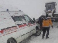 Hakkari'de yolda kalan öğrenciler kurtarıldı