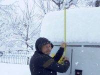 Çukurca'da kar 58 santim olarak ölçüldü