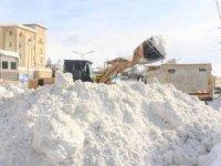 Hakkari'deki kar dağları şehir dışına taşınıyor